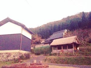 リノベーションした古民家を宿泊施設として活用している「集落丸山」