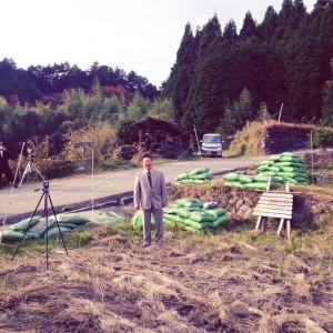 棚田の中で、歌手・岩本やすしさんの生歌も。