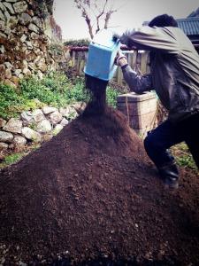 年季の入った良い土なので、畑に投入。