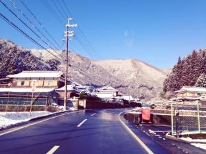 長谷周辺の道路には、除雪用の塩化カリウムが撒いてあります。
