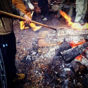 「トビ」で薪を突き刺して炎を調整