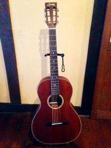 妻のギター。同じくS・ヤイリ製。
