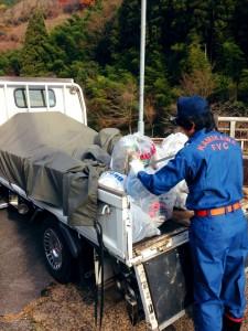 消防団員がゴミの分類と運搬をします。
